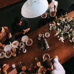 【石基信息&中瑞酒店管理学院&酒店评论:2020年酒店餐饮新趋势报告】报告显示,移动互联网的发展,消费者结构的年轻化,人们对灵魂产品和服务的追求和升级,以及酒店当前痛定思痛的探索和思考,不断铸就酒店餐饮的新格局。而在拥抱行业新变化的同时,酒店也需要加强自身的能力建设,包括餐饮产品设计的能力、用户运营的能力、内容营销的能力,并能够有效追加餐饮营销预算,来更好的影响本地市场。