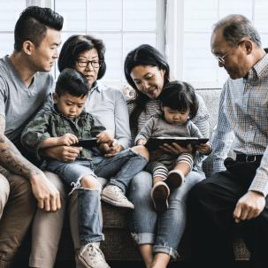 """【麦肯锡:产品创新,亚洲保险公司的新使命】报告显示,亚洲地区拥有大量""""夹心一代"""":父母年龄在65岁或以上的40至50岁成年人中,有1/7同时还要赡养子女。麦肯锡2019年的调研显示,中国内地成年人的关注点主要为退休规划、财富积累、家庭保障以及子女教育。对于亚洲老牌保险公司来说,产品创新绝非易事。产品开发应当聚焦客户需求,而非仅仅围绕风险或竞争对手的举动,这点至关重要。"""