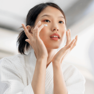 【英敏特:2021中国护肤品趋势】报告显示,中国强劲的消费需求使得面部护肤市场保持稳定增长,并且在整体美容个护市场中占比最高。本土品牌将获得增长机会,但也面临着挑战——不断进化的零售形态和消费者行为的改变将促使品牌进行产品创新,采取更为灵活和营销策略。